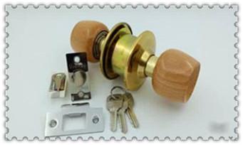 附近专业开锁人的电话号码多少-怎么开的怎么学_换整套防盗门锁多少钱-请人上门换锁安全吗