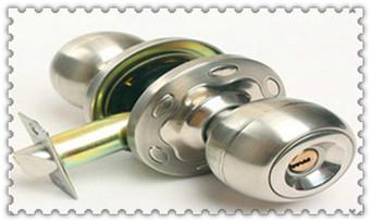 门锁了怎么开开锁技巧-被锁在门外了如何开锁_请人上门换锁安全吗-保险柜换锁芯大概需要多少钱
